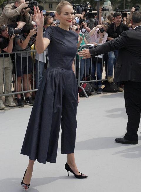 <p>La actriz <strong>Leelee Sobieski</strong> acierta al lucir esta tendencia con un mono de manga corta en gris de <strong>Dior</strong>. El toque de color lo pusieron sus zapatos, también de la firma francesa, con print de Andy Warhol.</p>