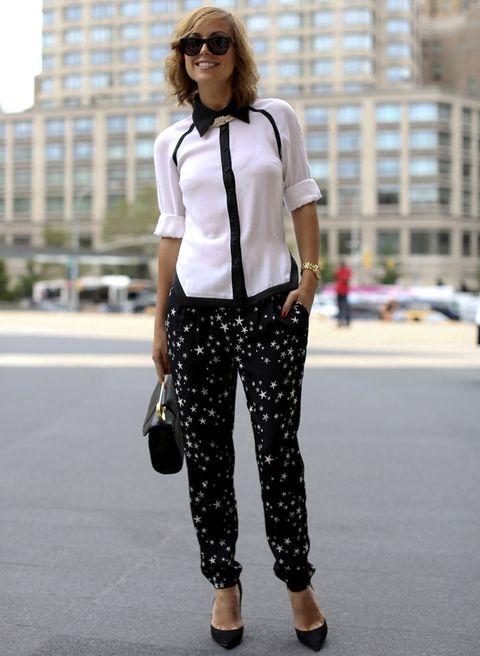 <p>Una camisa de cuerpo blanco y detalles en negro combina a la perfección con un pantalón baggy con estampados en ambos colores.</p>