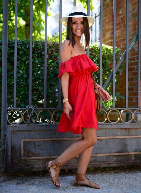 <p>El vestido corto vaporoso es un 'must' del verano, y si lo llevas en un solo color, puedes lucirlo como la bloguera de Lovely pepa, con complementos en color piel y un toque Habana.</p>