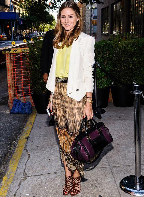 <p><strong>Olivia Palermo</strong> prefire un estilo discreto como el de su falda larga en tonos marrones que combina con blusa amarilla y blazer corta blanca. ¿Sus complementos? Sandalias y arriesgado bolso morado y negro.</p>