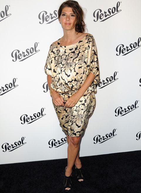 <p><strong>Marisa Tomei</strong> no acertó con este vestido floral de seda abullonado que le hace un efecto raro con los botines negros peep toes.</p>