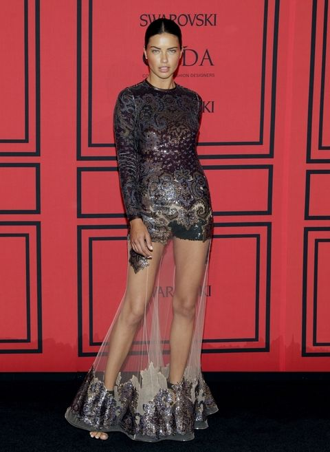 <p>Muy sexy la top&nbsp&#x3B;<strong>Adriana Lima</strong> con un vestido de manga larga bordado con falda transparente y detalle en la parte inferior de la falda igual que el cuerpo del vestido, de <strong>Givenchy</strong>.&nbsp&#x3B;</p>