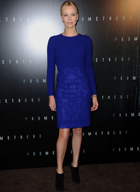 <p>Charlize está radiante con este vestido de manga larga y falda brocada de<strong> Stella McCartney</strong>, al que añadió unos botines negros. Con su tono de piel y de cabello, este color le favorece mucho.</p>