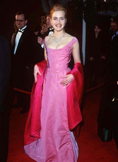 <p>Hace años también optaba por outfits como este de niña buena en dos tonos de rosa y con joyas de diamantes. &nbsp;</p>
