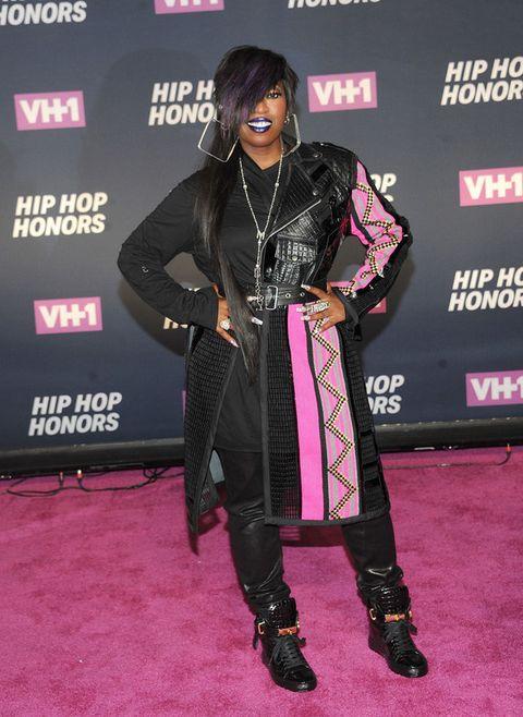 <p>Muy discreta no es que vaya la cantante <strong>Missy Elliott</strong> con ese look en negro y rosa que incluye abrigo, vestido, pantalones y zapatillas.</p>