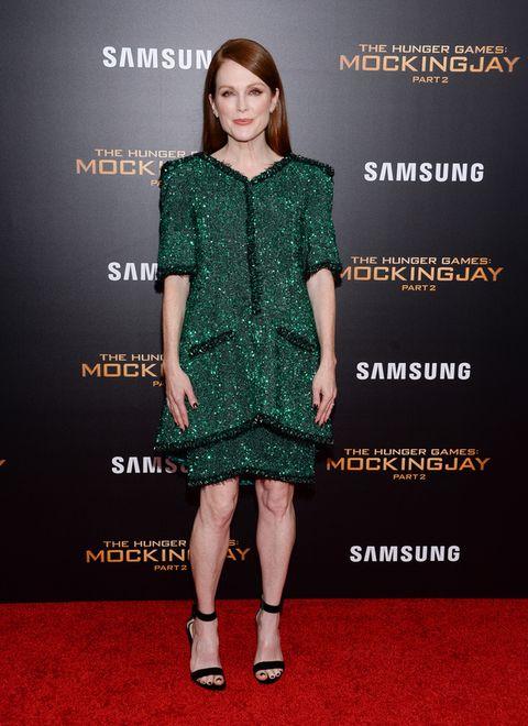 <p>La lección de estilo de esta semana nos la da <strong>Julianne Moore</strong> que aparició así de espectacular en el estreno en Nueva York de'Los juegos del hambre: Sinsajo - Parte 2'con una falda y una chaqueta bordadas de strass y lentejuelas en verde esmeralda de<strong> Chanel Alta Costura</strong> y una sandalias negras al tobillo.</p>