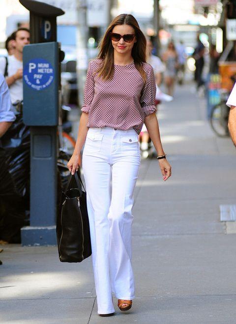 <p>Perfectos para los meses de verano los campana blancos de<strong>Miranda Kerr</strong> que combina con una blusa estampada, sandalias de piel y bolso negro.</p>