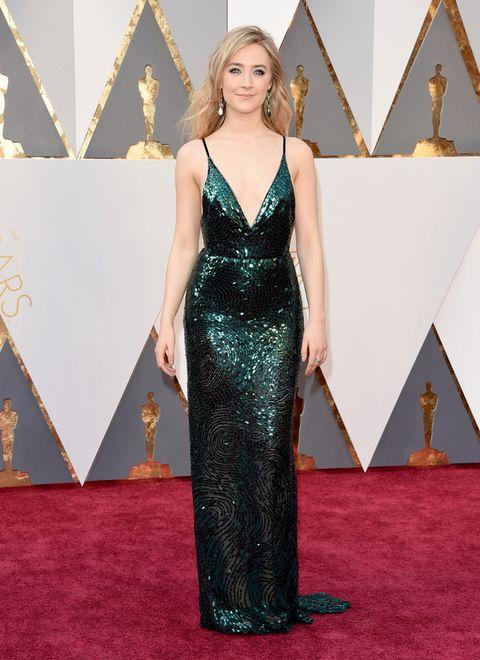 <p><strong>Saoirse Ronan</strong>&nbsp;irradió sensualidad con este vestido de paillettes en verde de <strong>Calvin Klein Collection.</strong></p>