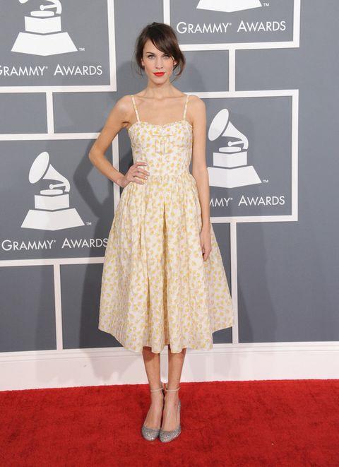 <p>Nos sorprendió Alexa Chung con un look más informal para la alfombra roja. Pero ella sabe cómo lleva casi cualquier cosa y defendió bien este Valentino Red que combinó unos zapatos con detalle en el tobillo.</p>