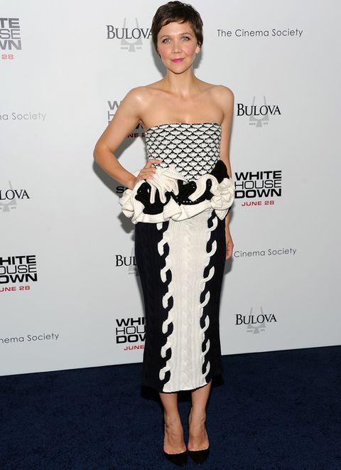 <p>No es un diseño fácil de lucir pero <strong>Maggie Gyllenhaal</strong> supero la prueba con nota. Para la premiere neoyorquina de 'White House Down' la actriz eligió este diseñe en blanco y negro, palabra de honor con péplum de rafia de<strong>Christian Dior otoño 2013</strong> que combinó con salones negros.</p>