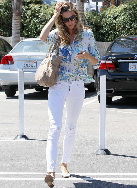 <p>Cuando sale a la calle no se complica, y aún así, luce perfecta. Un 10 para la naturalidad de street styles como este con jeans pitillo en blanco, blusa con print floral en tonos azules, bailarinas y bolso nude.&nbsp&#x3B;</p><p>&nbsp&#x3B;</p>