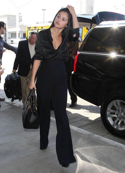 <p><strong>Selena Gomez</strong> elige un diseño en negro perfecto para cualquier situación y con mil combinaciones posibles.&nbsp;</p>