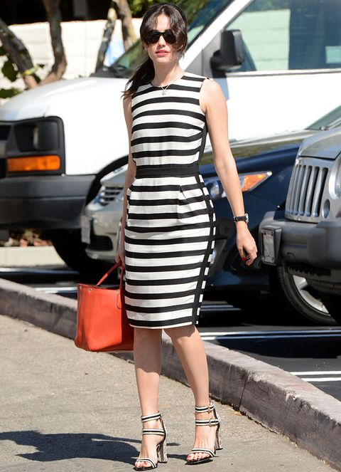<p><strong>Emmy Rossum</strong> nos ha conquistado con este vestido sin mangas de rayas black &amp; white combinado con sandalias bicolor y un bolso naranja que aporta color al outfit.&nbsp;</p>