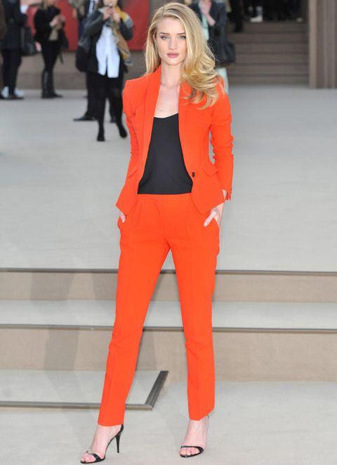 <p><strong>Rosie-Huntington-Whiteley</strong>, perfecta con su traje de pantalón y chaqueta, y top negro a juego con las sandalias.</p>