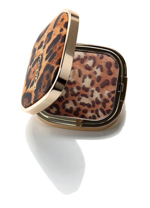 <p>Polvera con motivos de leopardo, de <strong>Dolce &amp; Gabbana</strong>.</p>