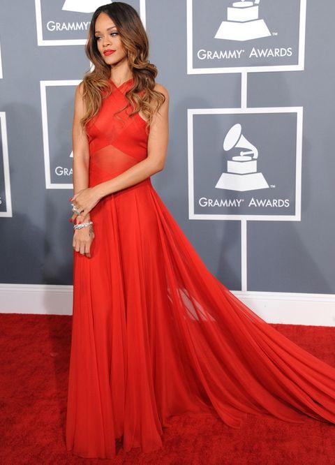 <p>Por una vez elegimos a Rihanna como la mejor vestida. La cantante consiguió sorprender con este modelo rojo con larga cola, cuerpo semitransparente cruzado y escote halter de <strong>Azzedine Alaia.</strong> Un 10 también para su peinado con raya en medio y ondas abiertas.</p>