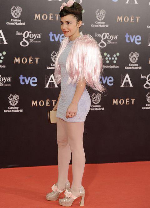 <p><strong>Claudia Pérez</strong>&nbsp;lidera nuestro ranking de las peor vestidas. No nos convenció su estilismo de alfombra roja con ajustado vestido corto azul, torera de pelo rosa a &nbsp;juego con el lazo del pelo y zapatos vintage.</p>