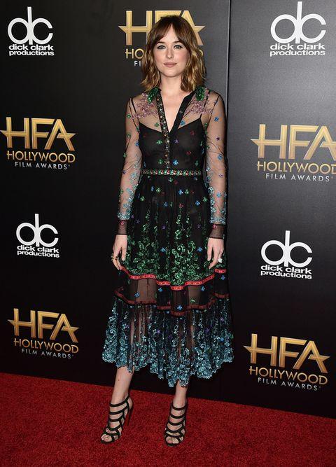 <p>Radiante y con un toque romántico <strong>Dakota Johnson</strong> con un vestido midi con print floral y transparencias de <strong>Gucci</strong>. Fichamos sus sandalias negras a tiras.</p><p>&nbsp;</p>