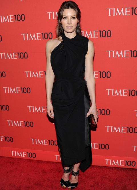 <p>Muy discreta<strong> Jessica Biel</strong> con un total black look con un vestido midi asimétrico de <strong>Tom Ford</strong>, la misma firma que eligió para sus sandalias y su clutch. Remató el look con joyas de <strong>Lorraine Schwartz</strong>.</p>