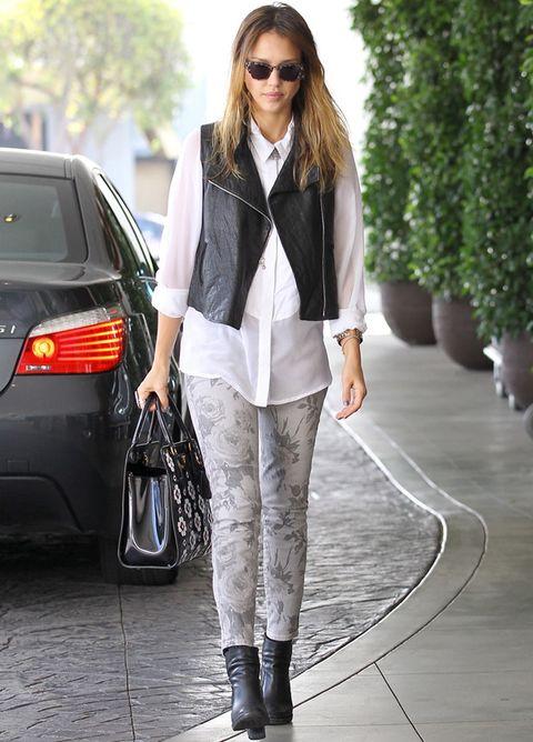 <p>La camisa blanca se adapta a cualquier estilo, también al rockero. En este look de <strong>Jessica Alba</strong>con pantalones de flores en gris, chaleco de piel negro, botines y bolso de manoes un comodín que no roba protagonismo al resto del look.</p>