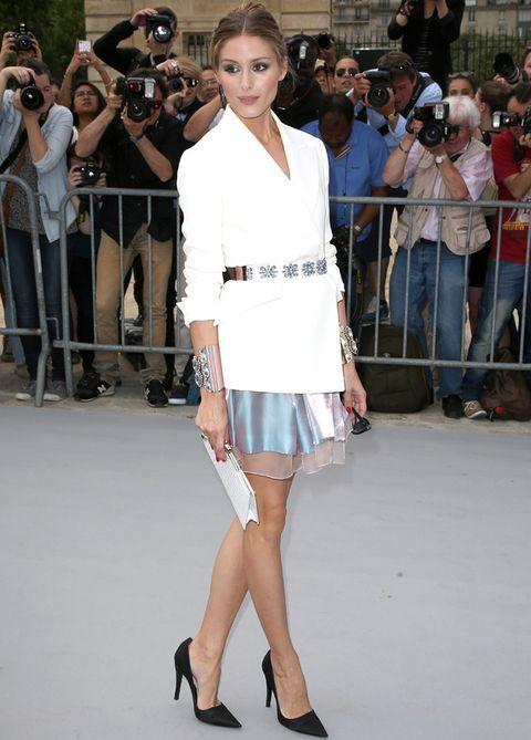 <p><strong>Olivia Palermo</strong> no se perdió la última creaciones de <strong>Christian Dior</strong> y para la ocasión eligió una minifalda de satén y gasa en rosa y azul con blazer blanco, cinturón joya, maxibrazaletes y salones negros.&nbsp&#x3B;</p>
