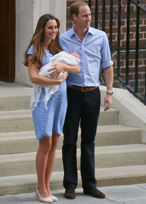 <p>Para posar por primera vez junto a su hijo, los Duques de Cambridge coincidieron en elegir ambos el color azul. Kate sorprendió con un favorecedor minivestido de topos de una de sus diseñadoras favoritas, <strong>Jenny Packham</strong>. Completó el look con unas cuñas en blanco roto de&nbsp&#x3B;<strong>La Pierre Imperia</strong>.</p>