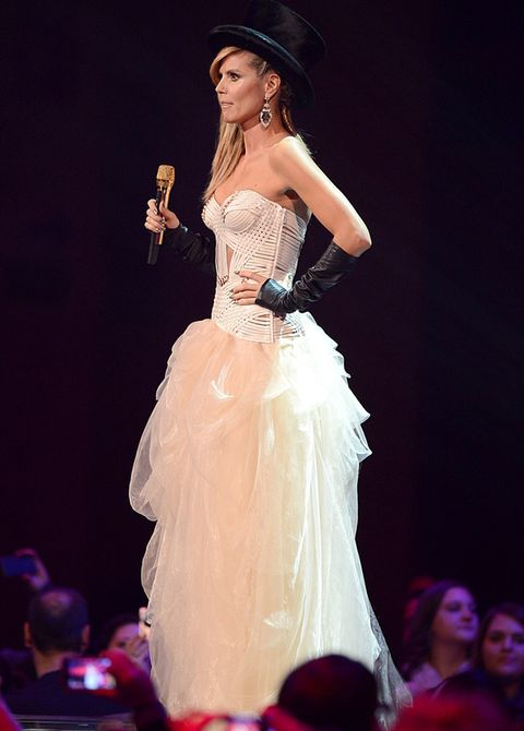 <p>Al comienzo de la gala pudimos verla en el papel de presentadora con un vestido blanco de cuerpo bustier y voluminosa falda de tul, que complementó con unos guantes hasta el codo que dejaban la mitad de su mano al aire y un sombrero de copa.</p>