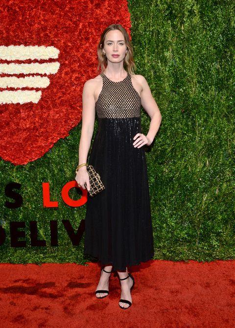 <p><strong>Emily Blunt</strong> escogió un vestido midi también halter con cuerpo de estampado geométrico y falda negra, sandalias al tobillo y clutch bicolor.&nbsp;</p>
