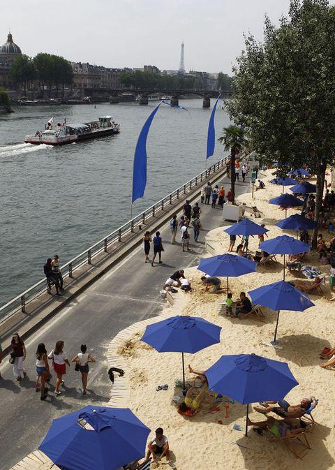 <p>La playa artificial parisina a orillas del Sena es ya todo un clásico veraniego. Se inauguró en 2002 y desde entonces ha servido para que los habitantes de la ciudad se refresquen en los días más calurosos del año. La primera playa se estableció entre los tres kilómetros que separan el Louvre al Pont de Sully, pero ahora también se puede disfrutar de otra en Bassin de la Villette. Ambas cuentan con un extenso programa de actividades tales como volley playa, cursos de tai-chi, tirolinas...</p>