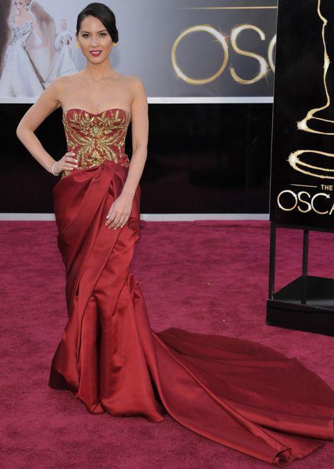 <p>Una de las grandes decepciones de la noche nos la llevamos con <strong>Olivia Munn</strong>. Nos esperábamos más de ella que pisó la alfombra roja con un <strong>Marchesa</strong> de cuerpo palabra de honor con detalles dorados y falda drapeada con larga cola. &nbsp;</p>
