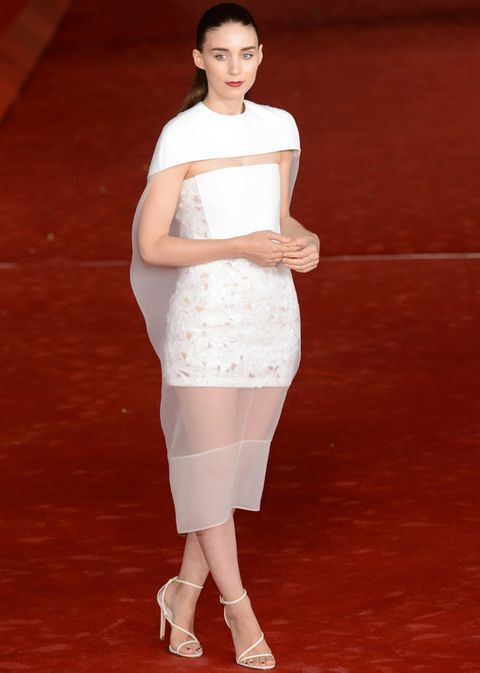 <p><strong>Rooney Mara</strong> hizo su aparición estelar en el festival de cine de Roma con este delicado modelo brocado y en seda con efecto capa que nos ha conquistado. Pertenece a la colección <strong>primavera 2014 de Balenciaga</strong>&nbsp&#x3B;que la actriz combinó con sandalias de cuero al tobillo, también blancas, de&nbsp&#x3B;<strong>B Brian Atwood.</strong> ¿El toque personal? En sus labios borgoña y su peinado 'wet'.</p>