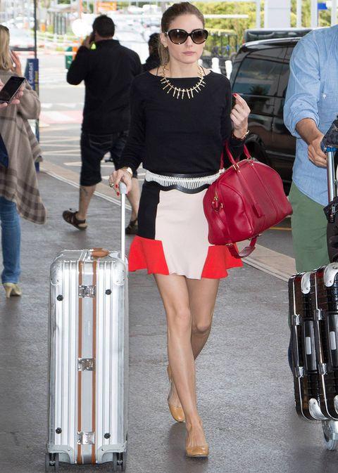 <p>En el aeropuerto de Niza causó sensación con este look en el que destacaba su falda de Zara en un trío de color infalible: rojo, blanco y negro. El resto de este look 10 lo forman un top negro básico, un bolso rojo de <strong>Louis Vuitton</strong>, bailarinas nude de <strong>French Sole</strong>, cinturón black & white y un collar dorado.</p><p></p>