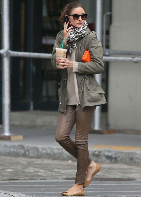 <p><strong>Olivia Palermo</strong> adapta su parka a un look de lo más urbano con pantalones de cuero, jersey de punto, bailarinas y fular con print de cebra.</p>
