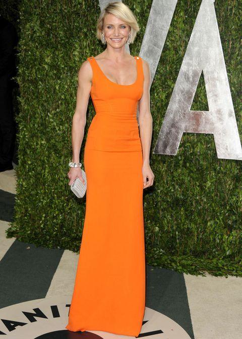 <p>La sencillez es una de sus reglas de oro, por eso no nos extraña verla con este vestido minimal en naranja vitamina de <strong>Victoria Beckham</strong>.</p>