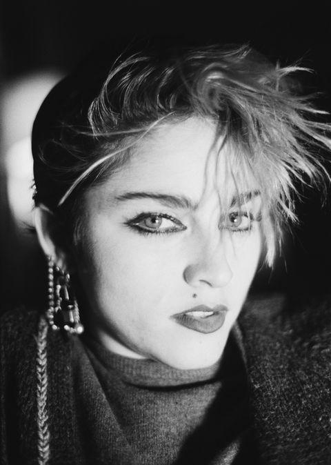 """<p>La primera vez que entró en la discográfica neoyorquina Sire Records con sus maquetas y se entrevistó con su A&R (los cazatalentos encargados de nuevos artistas), éste le preguntó que qué quería hacer con su música. Madonna Louise Veronica Ciccone, con sus pulseras de pinchos, sus vaqueros rotos y su soltura de empleada del Dunkin Donuts, contestó: """"Dominar el mundo"""".</p>"""