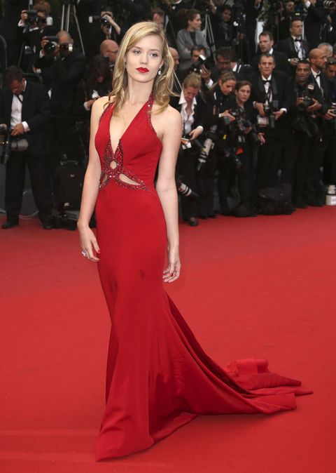 <p>Con este espectacular vestido con cola en color rojo, la modelo llegó a Francia para disfrutar de la ceremonia de apertura de 'El gran Gatsby', dentro del marco de la 66 edición del <strong>Festival de Cannes.</strong></p>