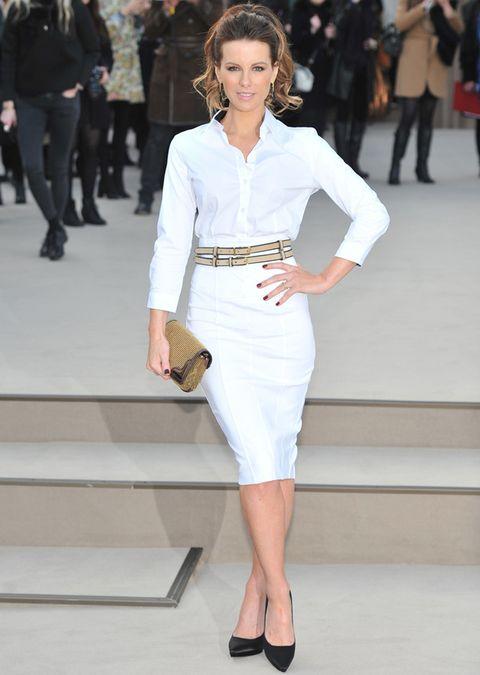 <p>La actriz <strong>Kate Beckinsale</strong> se decantó por falda lápiz blanca de talle alto, camisa y doble cinturón nude a juego con el clutch. Unos salones negros completan su estilismo de front row.</p>