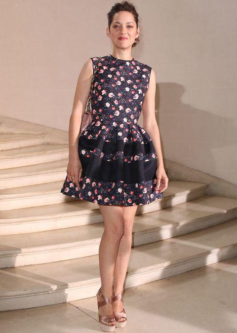 <p>Si pensamos en Marion, en seguida nos viene a la cabeza <strong>Christian Dior</strong>. De 10 este look con vestido mini en negro con flores de la <i>maison</i>.</p>