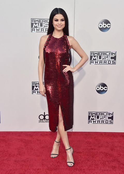<p>Espectacular <strong>Selena Gomez</strong> con un vestido midi de escote halter cubierto de 'paillettes' en color vino de <strong>Givenchy</strong> combinado con sandalias minimal de <strong>Jimmy Choo</strong>.</p>
