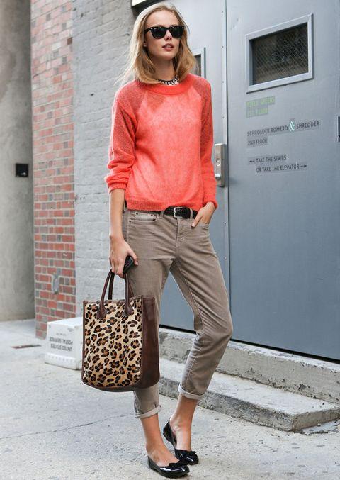 <p>Perfecto este look con pantalones capri en camel, jersey en degradé naranja, bailarinas negras y bolso animal print.</p>