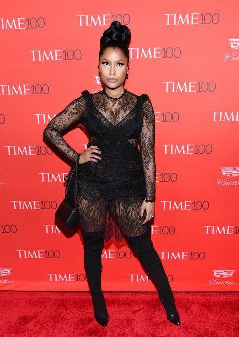 <p><strong>Nicki Minaj</strong> con un vestido negro de encaje de <strong>Givenchy&nbsp;</strong>y un par de botas mosqueteras.</p><p>&nbsp;</p>