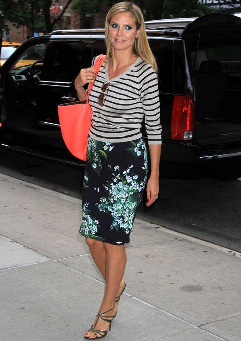 <p>De 10 este street style de <strong>Heidi Klum</strong> con rayas en azul y gris mezcladas con un falda de flores en tonos verdes. El toque chic lo ponen las sandalias y el coral del bolso remata un outfit para copiar.</p>
