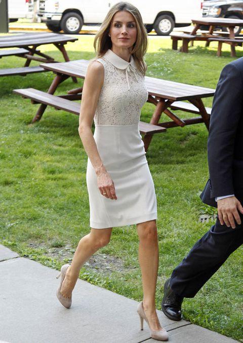 <p>Nos ha sorprendido este look de Letizia en blanco, con un vestido sin mangas de cuello bebé con un pequeño lazo y cuerpo de encaje.</p>
