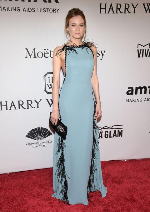 <p>De lo más elegante <strong>Diane Kruger</strong> con un vestido azul con plumas negras de <strong>Prada</strong>.</p>