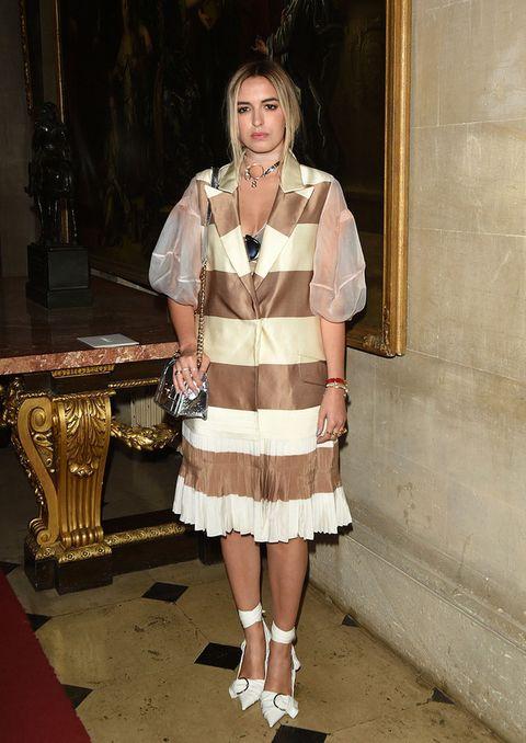 <p><strong>Amber Le Bon&nbsp&#x3B;</strong>no estuvo muy acertada con este vestido midi de rayas anchas en blanco y nude más mangas de gasa.</p>