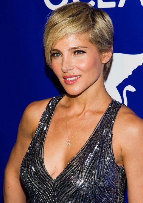 <p>Con un vestido de tirantes <i>glitter</i> que no enseña demasiado, la actriz pone un detallito, un collar de oro con un colgante pequeño. Queda muy delicado.</p>