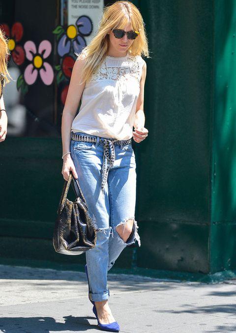<p><strong>Sienna Miller</strong> firma el look perfecto con vaqueros boyfriend. Luce un modelo que le encaja perfectamente, con las vueltas justas y con rotos. El resto de prendas ponen el broche de oro al outfit: una blusa blanca bordada, un pañuelo a modo de cinturón, unos salones en azul eléctrico y un bolso de mano en piel.&nbsp;</p>