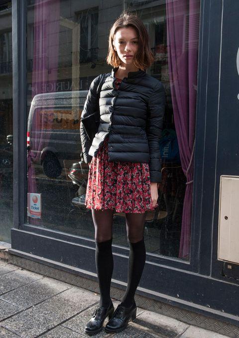 <p>Fichamos ya este look parisino de cazadora acolchada sobre minivestido de print floral, calcetines sobre medias finas y zapatos 'retro' con tacón medio. Muy 'chic'.</p>