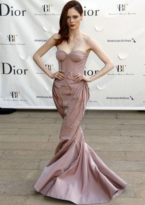 <p><strong>I</strong>mpresionante con este vestido de línea sirena y cuerpo bustier en rosa palo.</p>