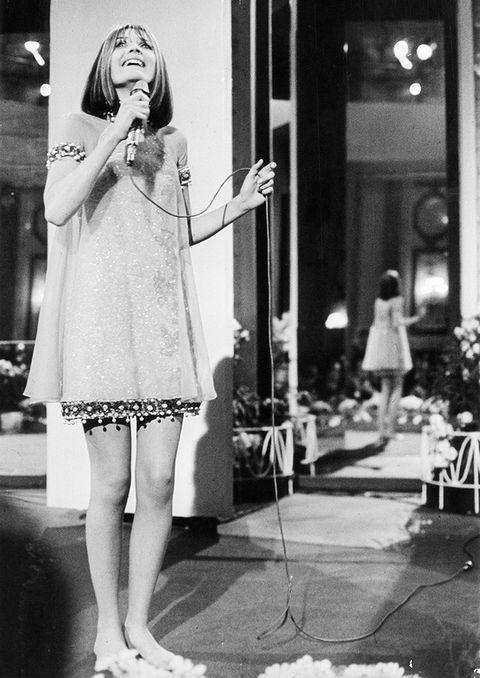 """<p>Un año antes que Massiel, una veinteañera Sandie Shaw se plantó en el escenario del palacio imperial de Hofburg (Viena) a representar al Reino Unido con una cancioncilla pop sencilla <a href=""""https://www.youtube.com/watch?v=jfeiCaRJgMY"""" target=""""_blank"""">""""Puppet on a String""""</a>. Y se plantó con un precioso minivestido joya muy 'swinging sixties', con gasa sobre apliques de 'pailletes' y strass. Y, lo que es más, se plantó descalza. Su inocencia y timidez, su voz y su puesta en escena enamoró al público y se llevó el primer puesto con un tema que ha marcado su vida y que, según ha reconocido, odia desde el primer momento en que lo oyó.</p>"""
